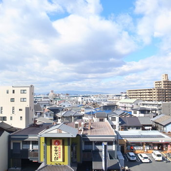 眺望は前の大通り。周辺に高層の建物はなく、また6階にあるのでとってもいい気持ちです。