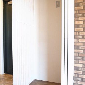 冷蔵庫は玄関をはさんだこちらのスペースがよさそうです。