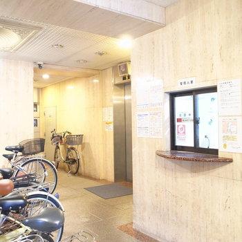 【共用部】エントランスには自転車が。駐輪場も兼ねているそう!