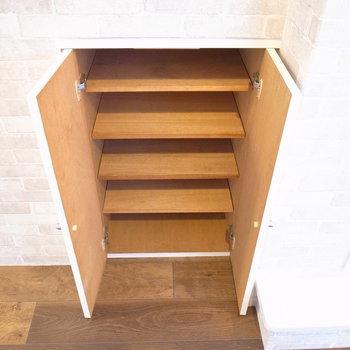 シューズボックスがないな〜と探していたら、玄関向かいの壁の、足元の高さに埋め込まれていました!