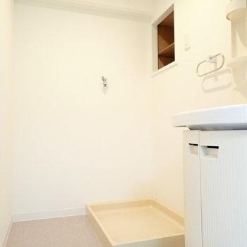 洗濯機まわりに収納置けますね! ※写真・文章は9階の同間取り別室のものです。