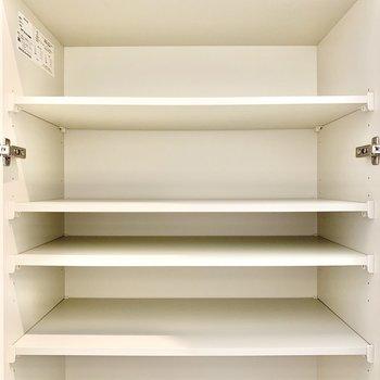 シューズボックス下段。段数が多くて使い勝手良し。※写真は7階の同間取り別部屋のものです
