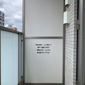 物干し掛けは付いてませんが、干せる広さはあります。※写真は7階の同間取り別部屋のものです