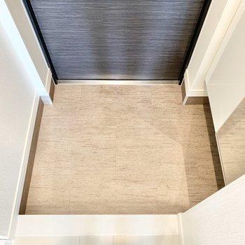靴置き場はコンパクトな広さです。※写真は7階の同間取り別部屋のものです
