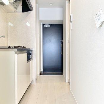 清潔感のあるキッチンスペース。※写真は7階の同間取り別部屋のものです