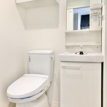 温水洗浄便座付きのトイレですよ。※写真は7階の同間取り別部屋のものです