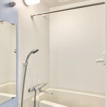 浴室乾燥付き。雨の日でも干せますよ!※写真は7階の同間取り別部屋のものです