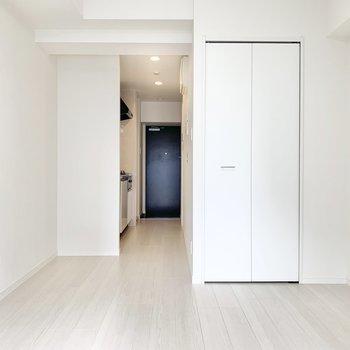 シックなフローリングがお部屋を引き締めます。※写真は7階の同間取り別部屋のものです