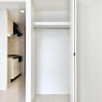 ハンガーパイプ付きなのでコート類を掛けれますよ。※写真は7階の同間取り別部屋のものです