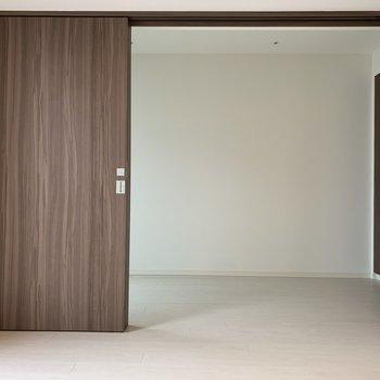【洋室】お隣に洋室があります。