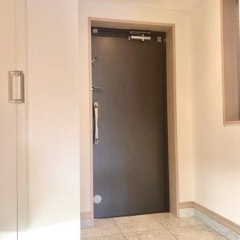 玄関スペースが広いです。右には窓が付いています。