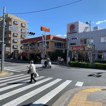 駅からの道中にはスーパーやファミレス。