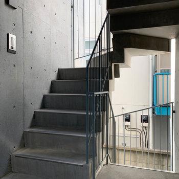 階段で4階へ。