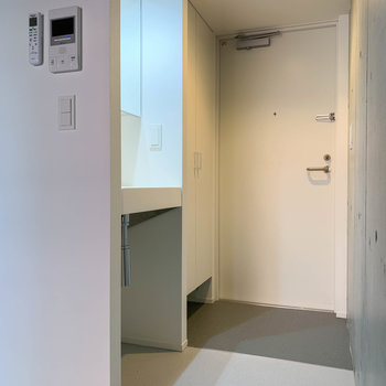 玄関前に洗面台があります。※写真は前回募集時のものです