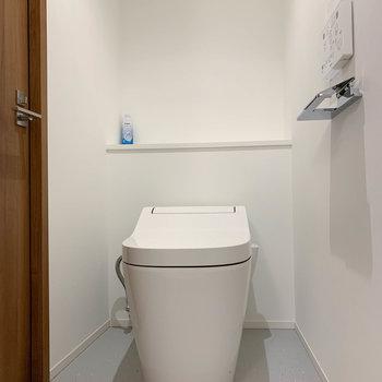 脱衣所にタンクレスのトイレ。※写真は前回募集時のものです