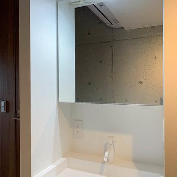鏡の大きな洗面台。鏡裏も収納になってます。※写真は前回募集時のものです