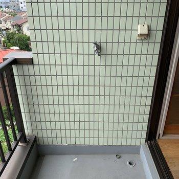 洗濯機置き場はバルコニーにあります。