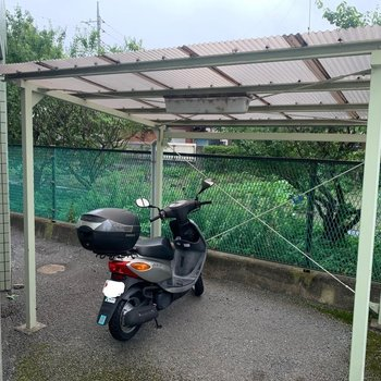 屋根付きの自転車置き場があります。