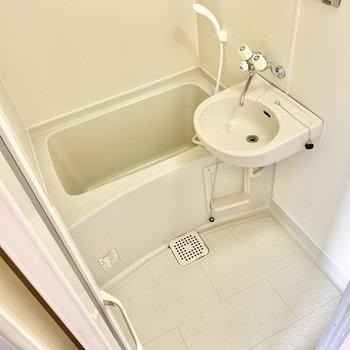 洗面台が付いた2点ユニットバスです。