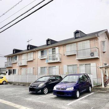 薄ピンクな可愛らしいアパート。2階のお部屋です。