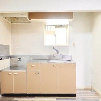 窓付きのキッチンなので、換気がしやすく料理の匂い対策に。