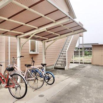 屋根付き駐輪場の奥に玄関スペースがあります。