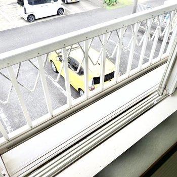和室の窓の外にはちょっとしたスペースあり。