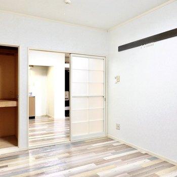反対の壁にはピクチャーレール付き。収納は押入れタイプ。格子帖の引き戸が素敵な雰囲気。