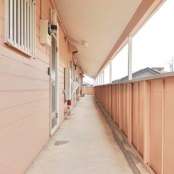 玄関前は屋根付きで雨の日も安心。
