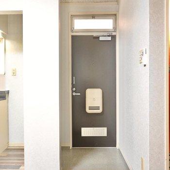 玄関はDKに。適度な広さの玄関です。