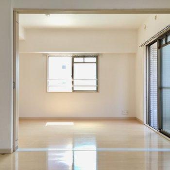 6.2帖の洋室は2面採光。(※写真は6階の同間取り別部屋のものです)