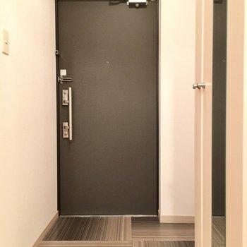 玄関もゆったりしていますね。スタイリッシュ!(※写真は6階の同間取り別部屋のものです)