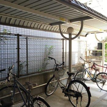 駐車場の奥に、屋根付きの駐輪場。