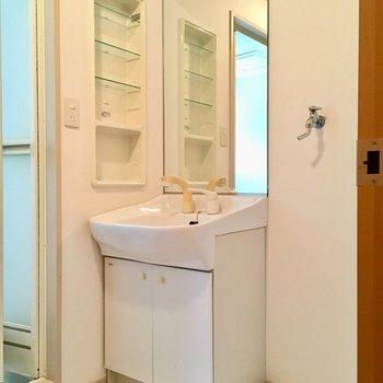 洗面台は鏡が大きいね!(※写真は6階の同間取り別部屋のものです)