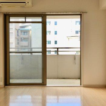 窓は南西向き。たっぷり光が入ります。(※写真は6階の同間取り別部屋のものです)
