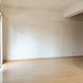 テレビは窓横に。家具は壁付けが良さそうですね。(※写真は6階の同間取り別部屋のものです)