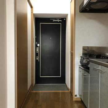 ネイビーの玄関がかっこいい印象。(※写真は4階の同間取り別部屋のものです)