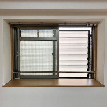 出窓の前には緑を飾ってもいいですね。(※写真は4階の同間取り別部屋のものです)