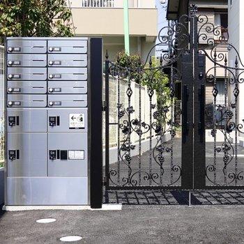 お部屋の前には門があり、その横には便利な宅配ボックスもあります。