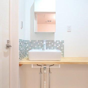 左を向くと、独立した鏡とモザイクタイルが素敵な洗面台が…!