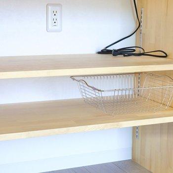 IH下の可変棚には黒いキッチン家電を揃えて。
