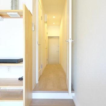 キッチン横のドアから廊下へ。