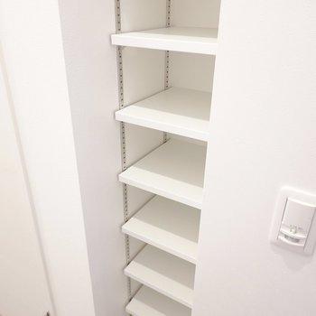 オープンシェルフの靴箱。棚の高さを変えられます。