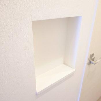 トイレの手前に鍵などを置けるニッチがあります。