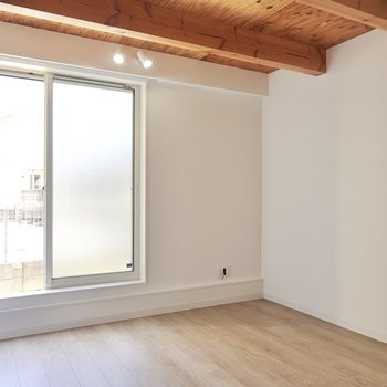 1階には無垢材の天板のラウンドテーブルにファブリックの座面のチェアを合わせてダイニングに。