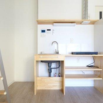 集成材で作られたキッチンが目を引きます。冷蔵庫は左手に。