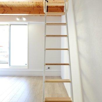 お待ちかねのロフト。木製の足場を登っていきます。