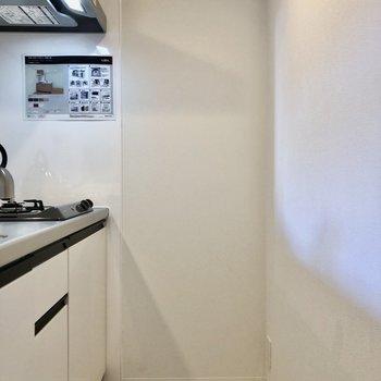 幅は少し狭め・・家電等はキッチン左のスペース置けるようになっていますよ!(※写真の小物等は見本です)