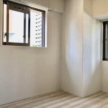 高い位置に窓が2つ。壁付けで家具を置ける工夫がされていますよ!