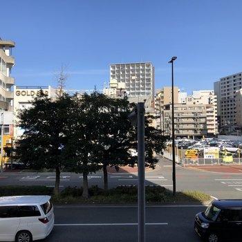 目の前に高い建物が無いので2階でも青空が広がります。